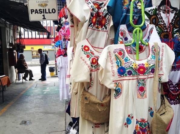 刺繍のワンピース・洋服・シウダデラ市場(Mercado de Artesanias La Ciudadela)