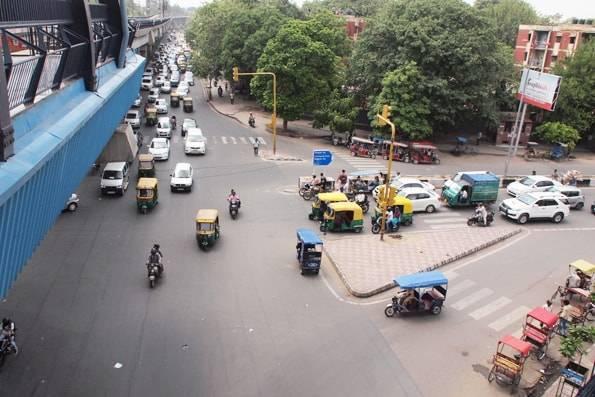 インドデリーの道路とリクシャー
