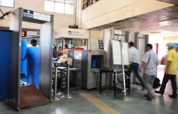 インド・デリーの電車の駅の荷物検査と身体検査