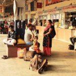 インド【長距離電車の駅ホームはカオス】良いクラスを選べば移動は問題無し!?