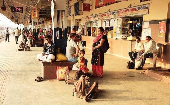 インド旅行記【長距離電車の駅ホームはカオス】良いクラスを選べば移動は問題無し!?