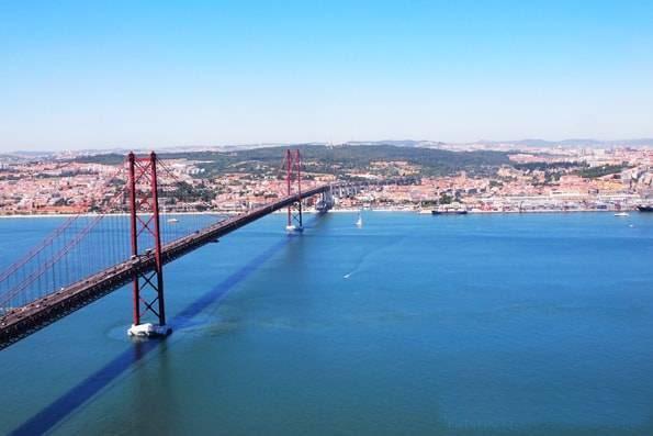 ポルトガル・リスボン・テージョ川にかかる赤い橋