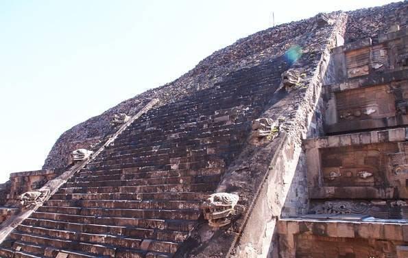 世界遺産「テオティワカン遺跡」ケツァルコアトルの神殿